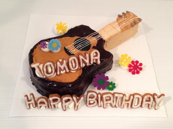 クラシックギター型立体ケーキ!オプションでアルファベットクッキーと可愛らしいお花チョコをあしらいました。