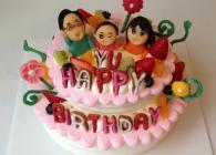 5号と7号を組み合わせた2段ケーキ!モコデコ+ご家族の似顔絵マジパン+お花チョコ+アルファベットクッキーをオプションでプラス。