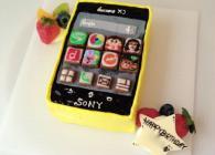 最新携帯電話型ケーキ!アプリマークはアイシングクッキーで作りました。
